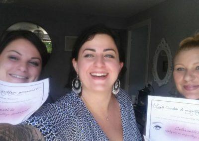 Les stagiaires et la formatrice en maquillage permanent